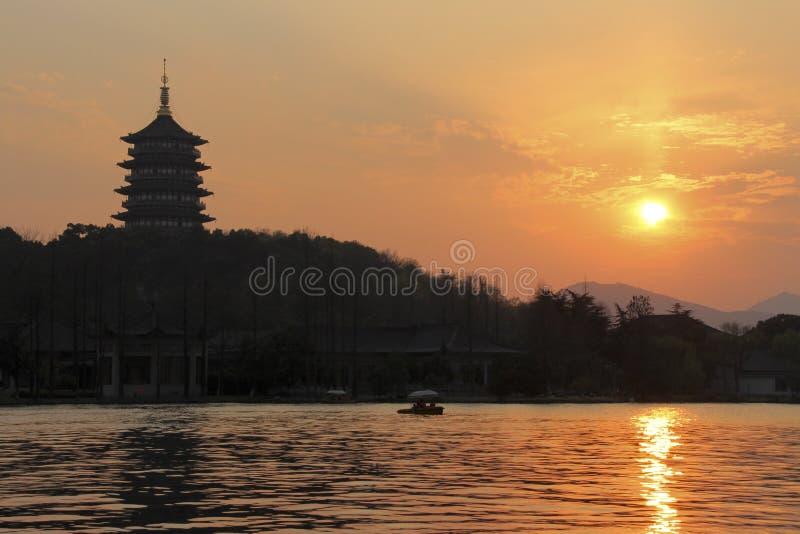 Coucher du soleil dans le lac occidental de Hangzhou, Chine images libres de droits
