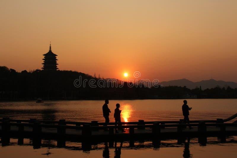 Coucher du soleil dans le lac occidental de Hangzhou, Chine photo stock