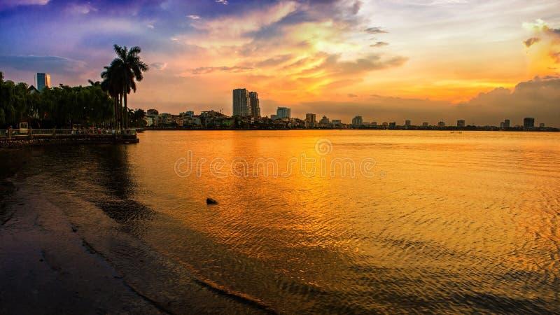 Coucher du soleil dans le lac occidental - Hanoï photo stock