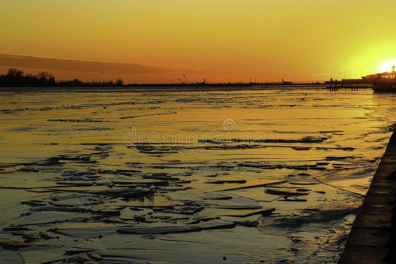 Coucher du soleil dans le lac Ontario photographie stock libre de droits