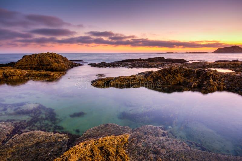 Coucher du soleil dans le Laguna Beach, la Californie photos libres de droits