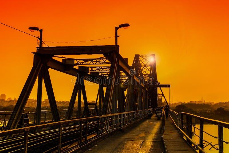 Coucher du soleil dans le long pont de Bien - Hanoï images libres de droits