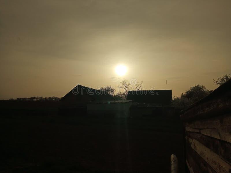 Coucher du soleil dans le pays photo libre de droits