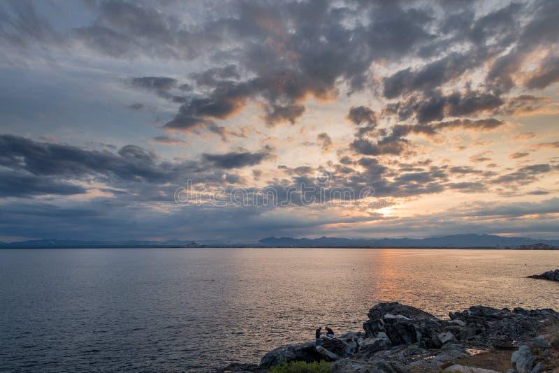 Coucher du soleil dans le paysage de bord de la mer dans la baie de roses image stock