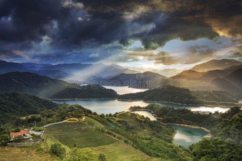 Coucher du soleil dans le paysage de montagne avec le sunligh gentil photographie stock libre de droits