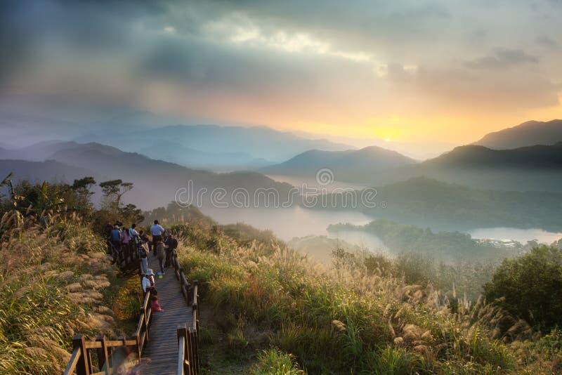 Coucher du soleil dans le paysage de montagne avec le sunligh gentil photo stock