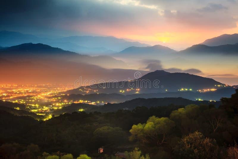 Coucher du soleil dans le paysage de montagne avec le sunligh gentil images libres de droits