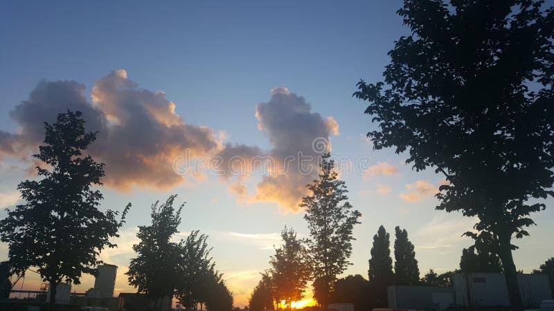 Coucher du soleil dans le paysage industriel photos stock