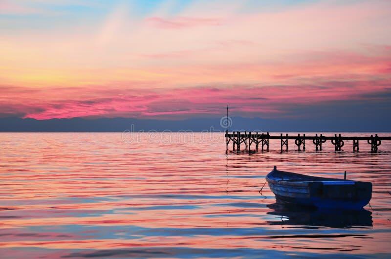 Coucher du soleil dans le petit port image libre de droits