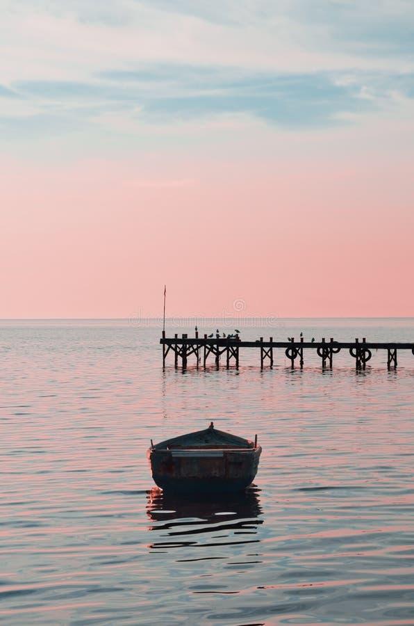 Coucher du soleil dans le petit port photos libres de droits