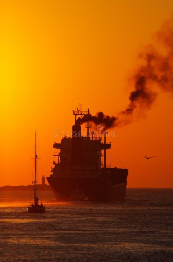 Coucher du soleil dans le port image stock