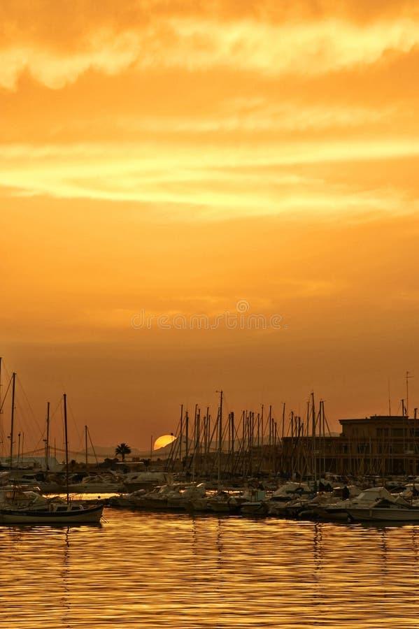 Coucher du soleil dans le port images libres de droits