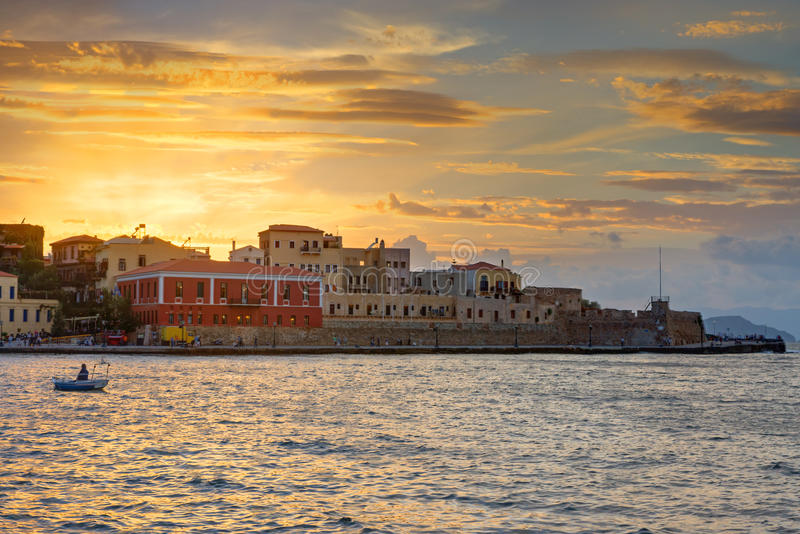 Coucher du soleil dans le port de Chania photographie stock