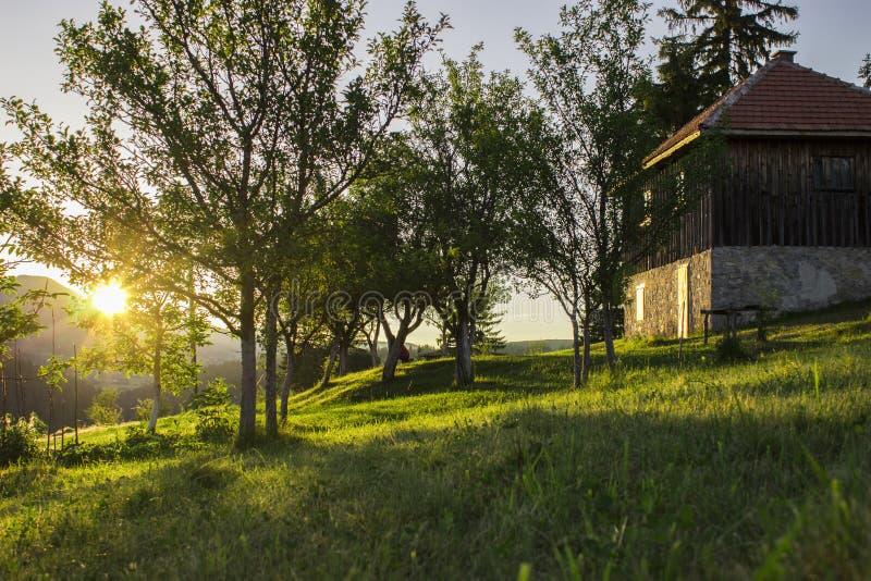 Coucher du soleil dans le village photos libres de droits