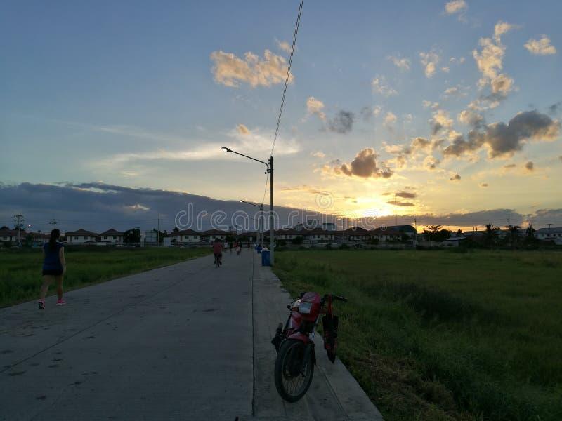 Coucher du soleil dans le village, Bangkok Thaïlande photos stock