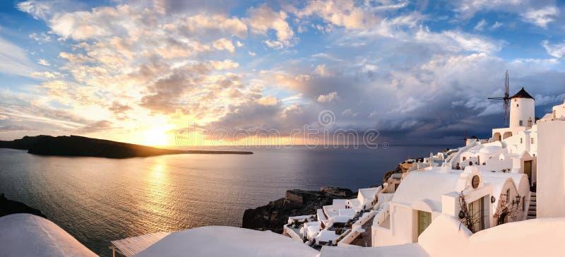 Coucher du soleil dans le village d'Oia sur l'île de Santorini, Grèce image stock