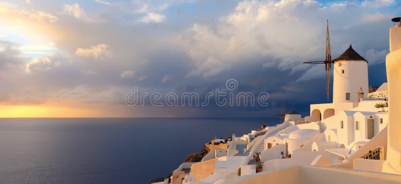 Coucher du soleil dans le village d'Oia sur l'île de Santorini, Grèce photographie stock libre de droits