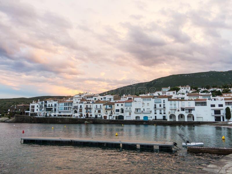 Coucher du soleil dans le village de Cadaques Romantisme en mer M?diterran?e La ville de Salvador Dali, en Costa Brava, Gerona, E images stock
