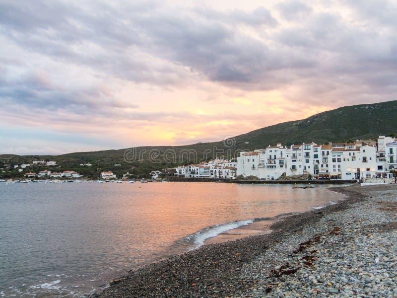 Coucher du soleil dans le village de Cadaques Romantisme en mer M?diterran?e La ville de Salvador Dali, en Costa Brava, Gerona, E photo libre de droits
