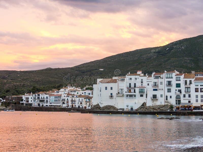 Coucher du soleil dans le village de Cadaques Romantisme en mer M?diterran?e La ville de Salvador Dali, en Costa Brava, Gerona, E photos libres de droits