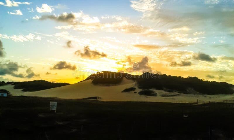 Coucher du soleil dans les dunes images libres de droits