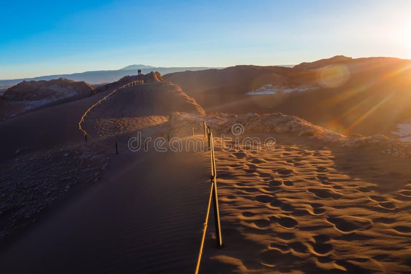 Coucher du soleil dans les dunes en vallée de lune chez San Pedro de Atacama photos libres de droits