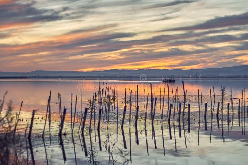 Coucher du soleil dans les eaux calmes de l'Albufera De Valence, Espagne Tour de bateau dans le coucher du soleil des eaux calmes images stock