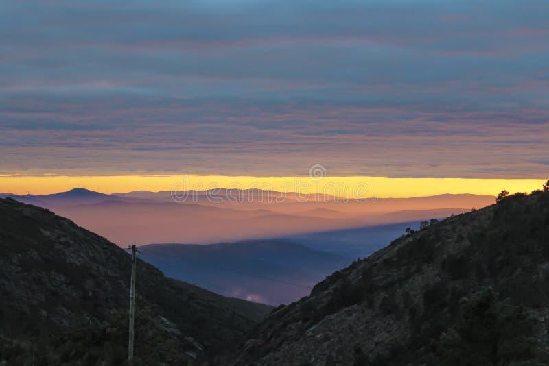 Coucher du soleil dans les montagnes photo stock
