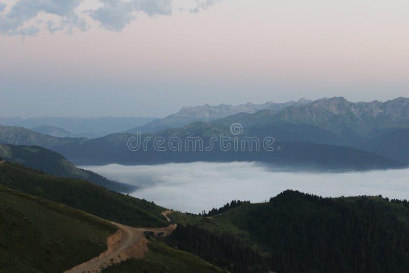Coucher du soleil dans les montagnes photos libres de droits