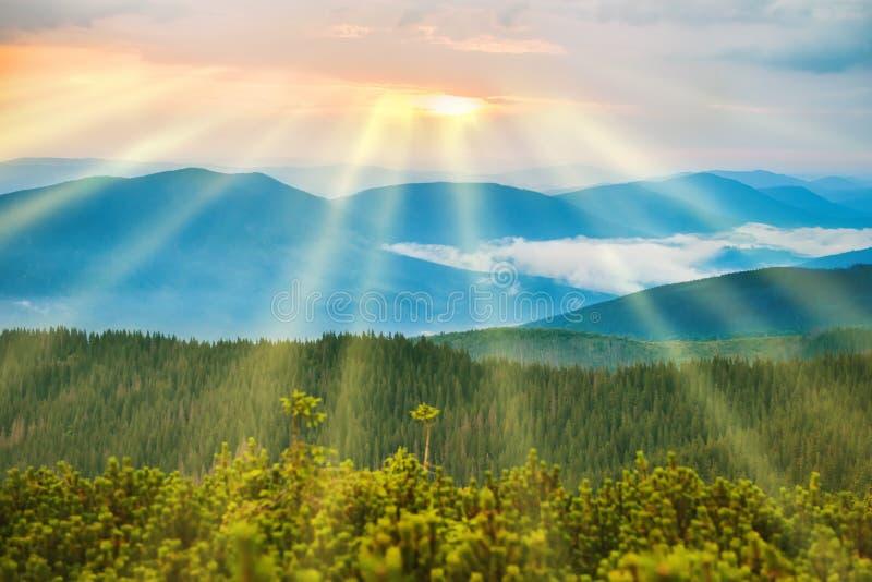 Coucher du soleil dans les montagnes bleues photographie stock