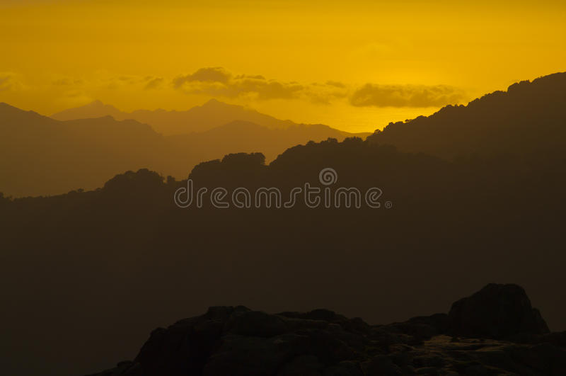 Coucher du soleil dans les montagnes de la Corse photos stock