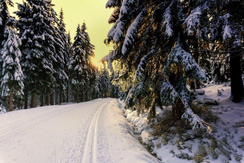 Coucher du soleil dans les montagnes en hiver images stock
