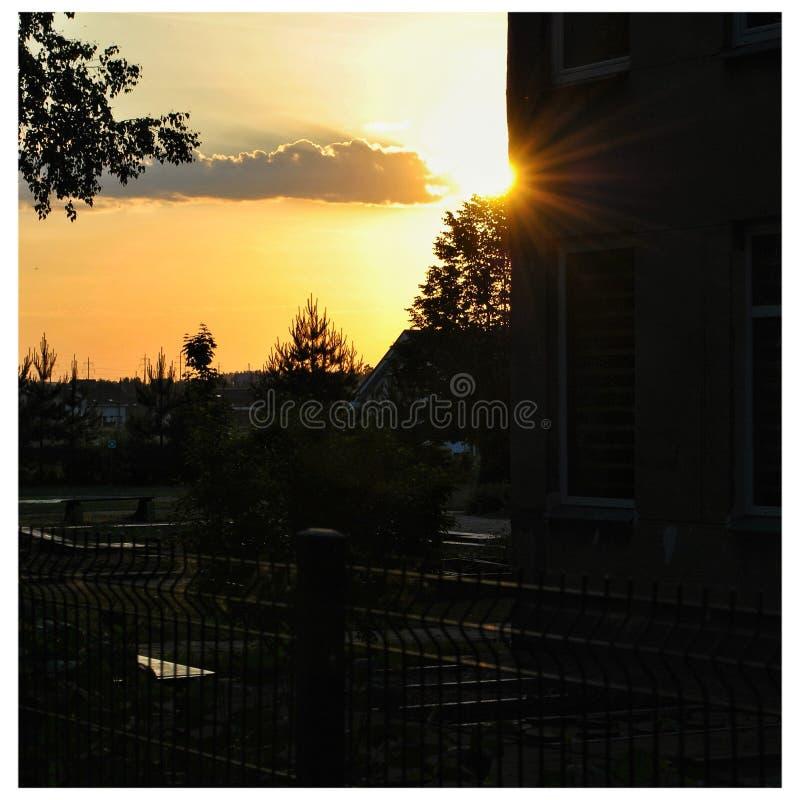 Coucher du soleil dans a par le coin du jardin d'enfants photo stock