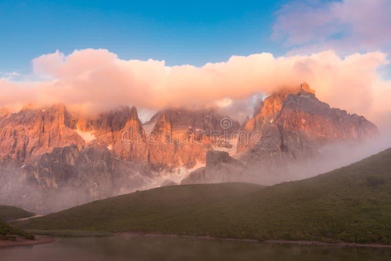 Coucher du soleil dans Passo Rolle - lac Baita Segantini dans la gamme de montagne de dolomite, Italie images stock