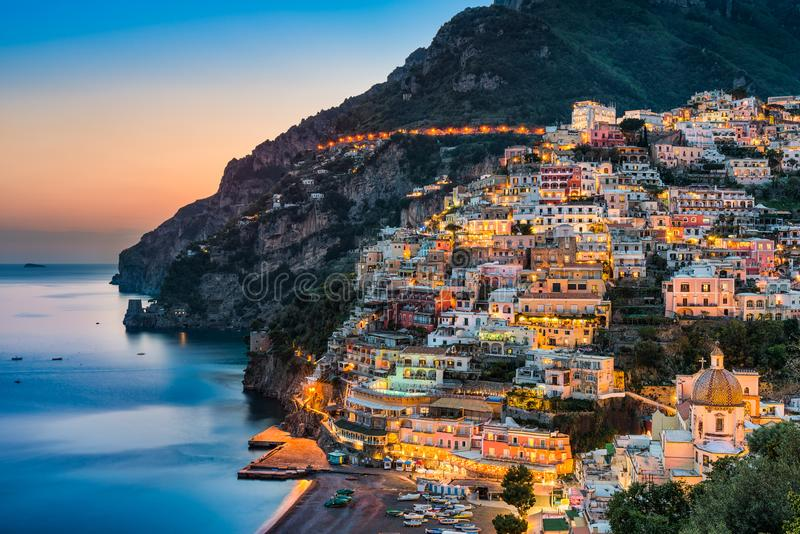 Coucher du soleil dans Positano, côte d'Amalfi, Italie photographie stock