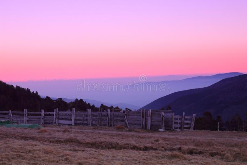 Coucher du soleil dans Pyrénées Orientales photos stock