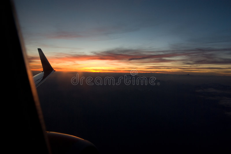 Coucher du soleil dans un avion photos stock