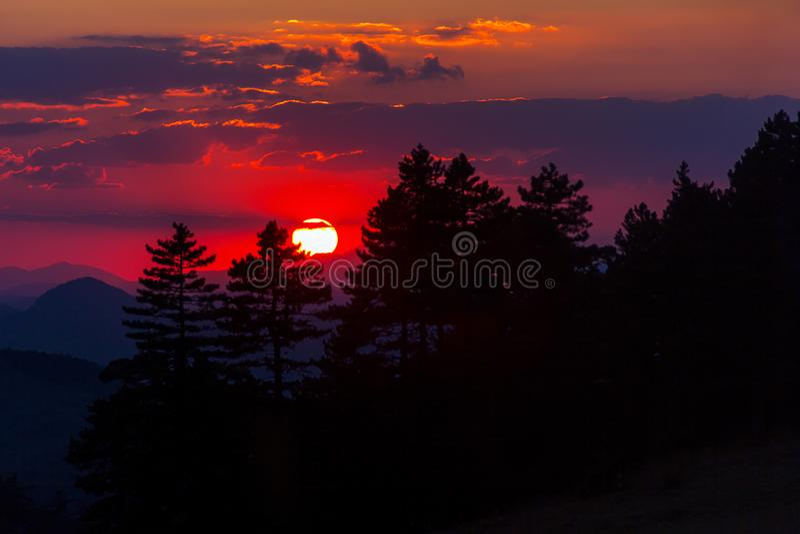 Coucher du soleil dans un ciel rouge image stock