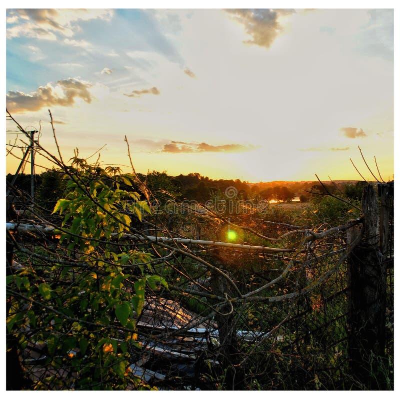 Coucher du soleil dans un domaine près de Vilnius image stock