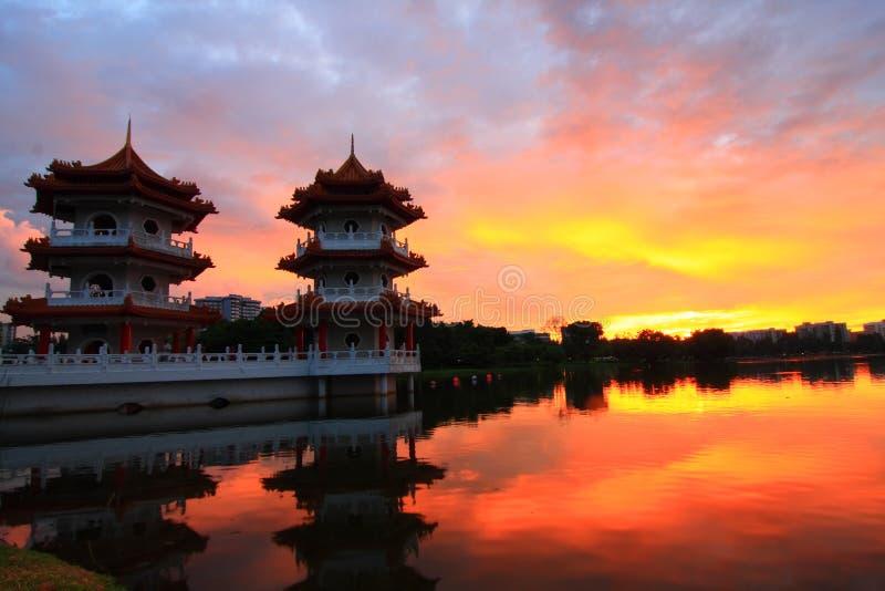 Coucher du soleil dans un lac avec la pagoda deux image libre de droits