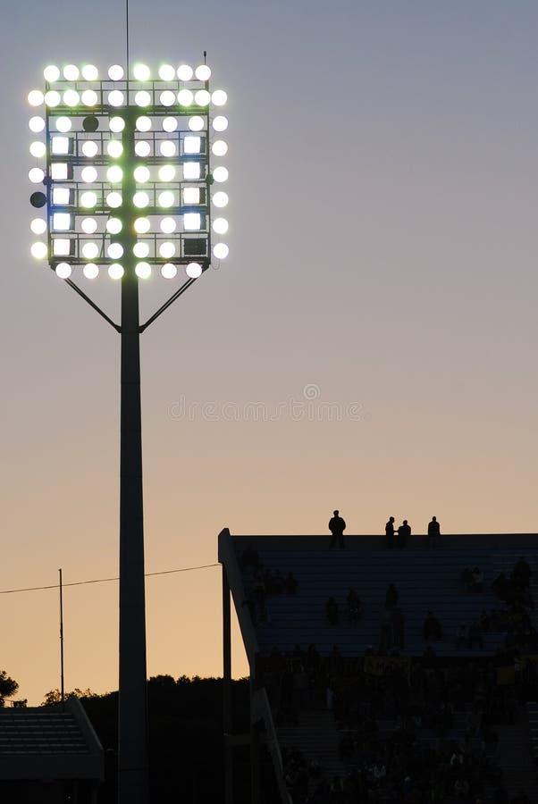 Coucher du soleil dans un stade de football images libres de droits