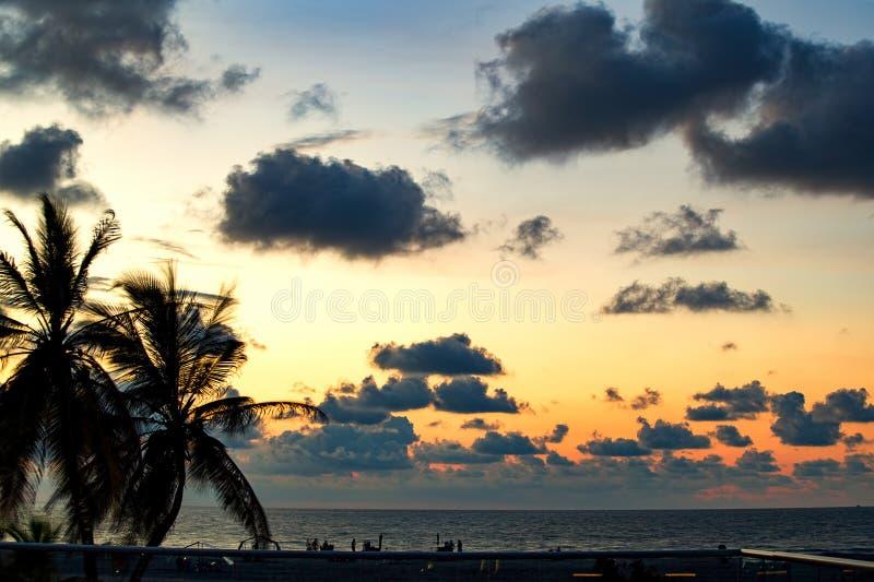 Coucher du soleil dans une plage à la mer des Caraïbes photos stock