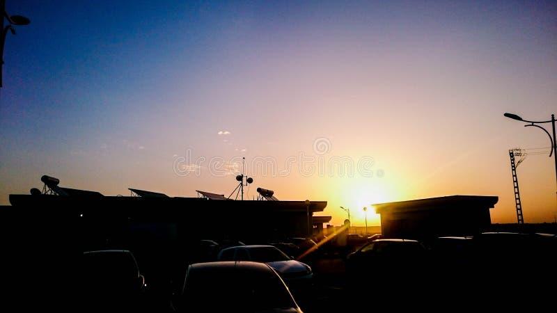 Coucher du soleil dans une station service photos stock