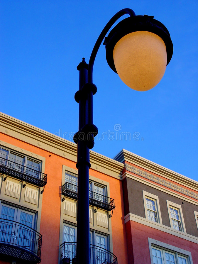 Coucher du soleil dans une ville photos libres de droits