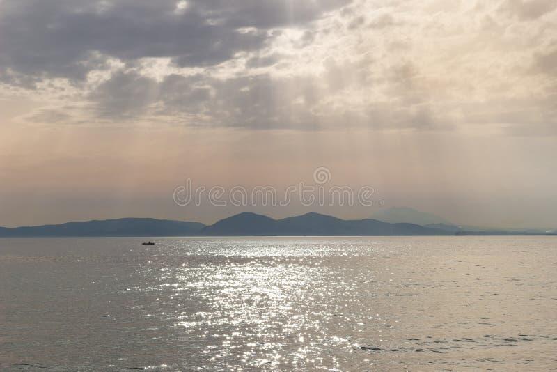 coucher du soleil dans vue de beau de ciel de rayons de mer la belle de nuages paysage marin de mer photos libres de droits