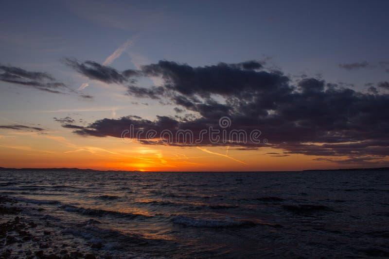 Coucher du soleil dans Zadar, Croatie photographie stock libre de droits