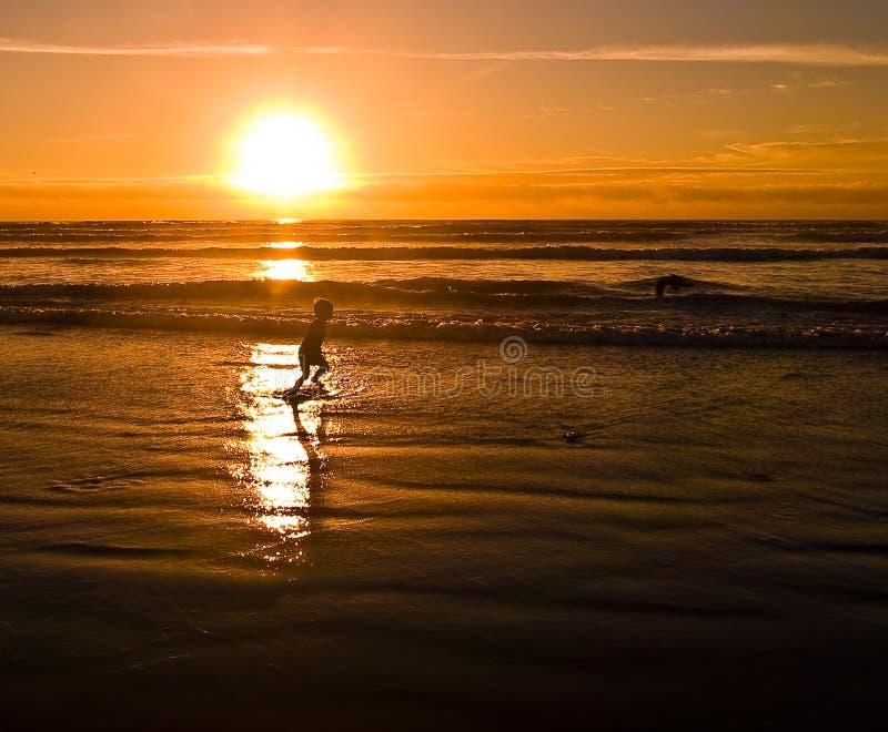 coucher du soleil de 3 silhouettes de plage photo libre de droits