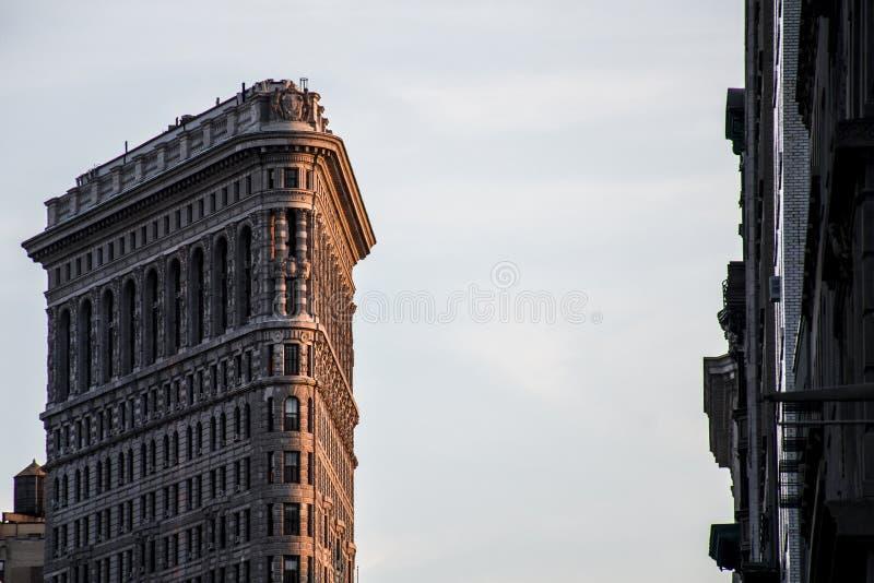 Coucher du soleil de bâtiment de fer à repasser d'Apple d'horizon de New York City Etats-Unis grand photos stock