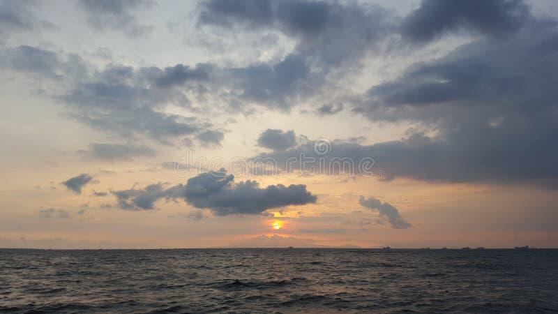 Coucher du soleil de baie de Manille au-dessus de bâti Mariveles photo stock