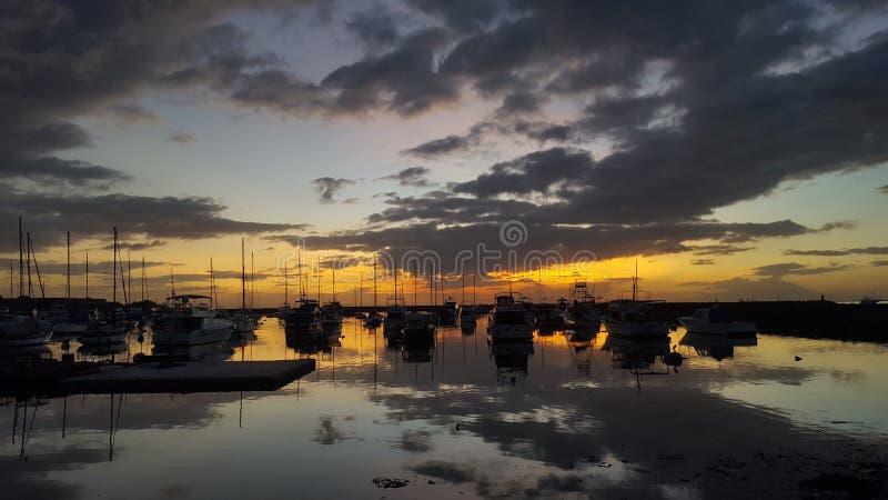 Coucher du soleil de baie de Manille avec des bateaux images libres de droits